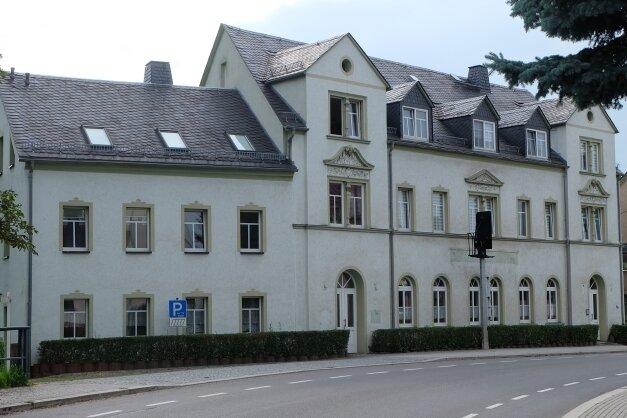 """Im Erdgeschoss der früheren Pension """"Zur Eisenbahn"""" in Hohndorf entsteht eine Arztpraxis. Den Umbau übernimmt die Gemeinde, bei der Medizinerin handelt es sich um eine bisherige Fachärztin des Kreiskrankenhauses Stollberg."""