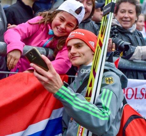 Das Autogramm wird abgelöst: Richard Freitag macht ein Selfie mir einem jungen Fan.