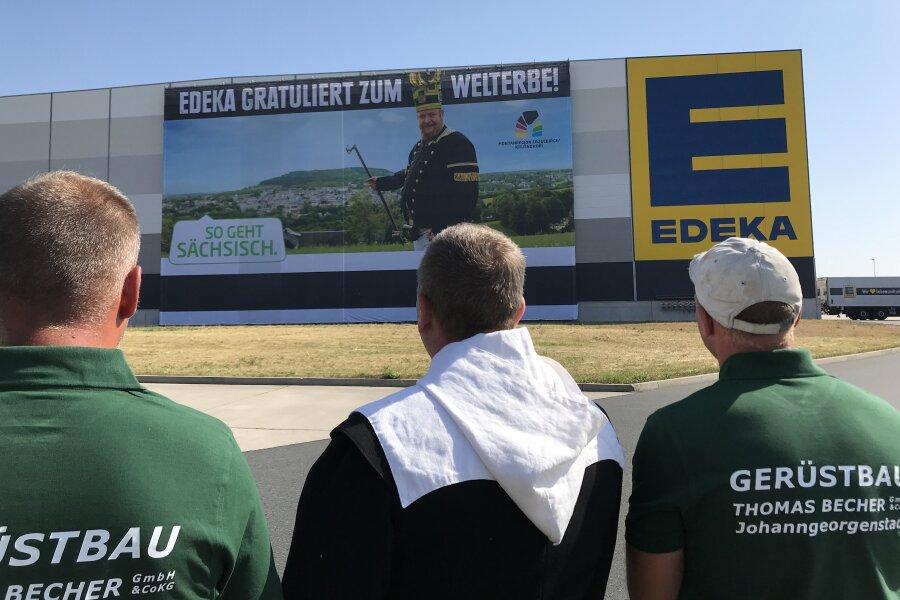 Riesenbanner an Edeka-Lager wirbt für Welterbe-Region