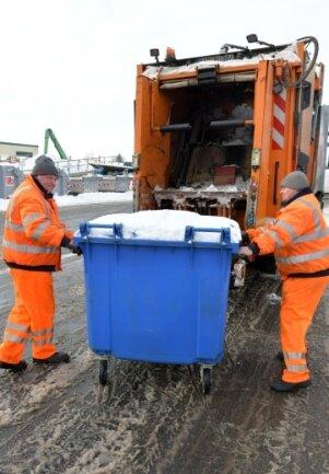 Schwerstarbeit leisten dieser Tage die Müllentsorger, im Bild Andreas Schwenger und Stefan Karst (v.l) .