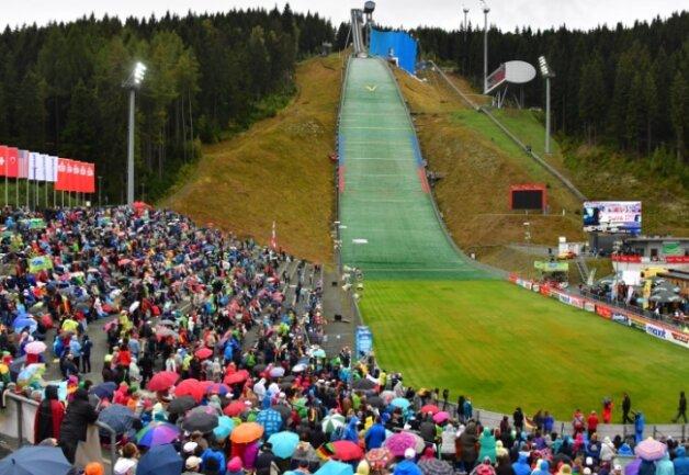 Trotz Regenschauern, Tag-der-Einheit-Wochenende und Ferienbeginn eine tolle Kulisse: 5943 Zuschauer feuerten in der Vogtland-Arena die Athleten an.
