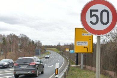 Der Blitzer (hinten im Bild) auf der B 101 bei Siebenlehn wirft Fragen auf: Seit wann steht das Tempo-50-Schild nach der Autobahnabfahrt aus Richtung Dresden in Fahrtrichtung Freiberg auf der Bundesstraße? Auch die Anzahl der ertappten Temposünder ist bislang nicht bekannt.