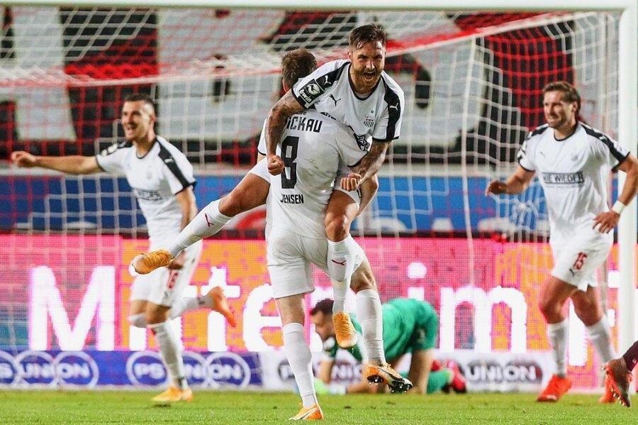 Einer von vier Toren für den FSV Zwickau gelang Felix Drinkuth (Mitte) im Spiel beim Halleschen FC. Foto: Picture Point/Archiv