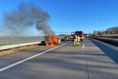 Das Auto brannte auf dem Standstreifen aus.
