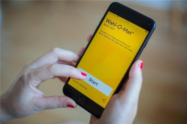 Den Wahl-O-Mat für die Bundestagswahl 2021 gibt es als App, als Anwendung für den Browser und sogar zum Herunterladen. Die Bundeszentrale für politische Bildung hat am Donnerstag das mittlerweile traditionelle Online-Tool freigeschaltet, das bei der Wahlentscheidung helfen soll.