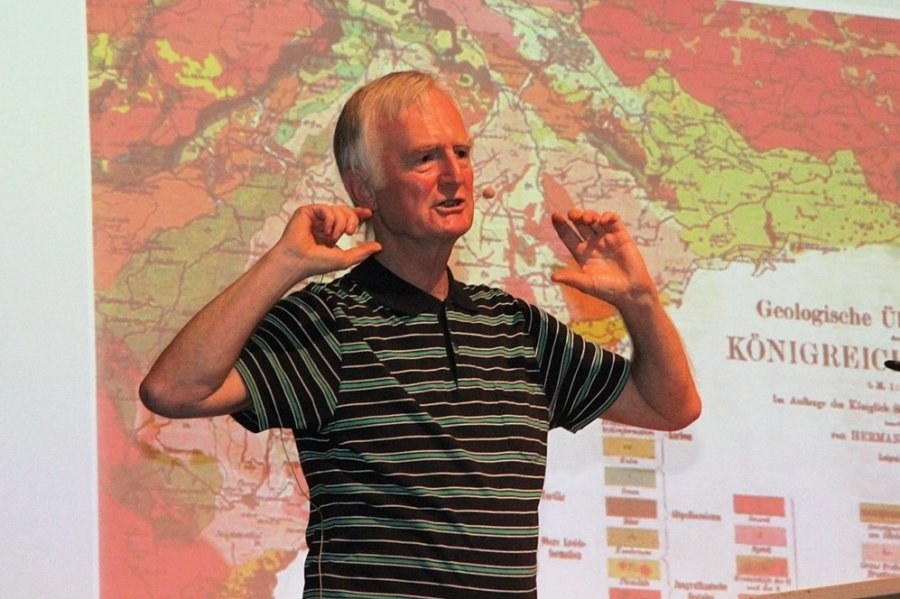 Wissenschaftler Horst Kämpf bei seinem Vortrag am Montagabend im Kurhaus von Bad Elster.