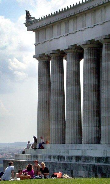 Walhalla, benannt nach dem Helden-Jenseits der germanischen Mythologie, ist bis heute ein beliebtes Ausflugsziel. 1842 in griechisch-römischem Stil errichtet, werden dort neben Herrschern wichtige Vertreter des Geisteslebens aus dem deutschen Sprachraum geehrt.