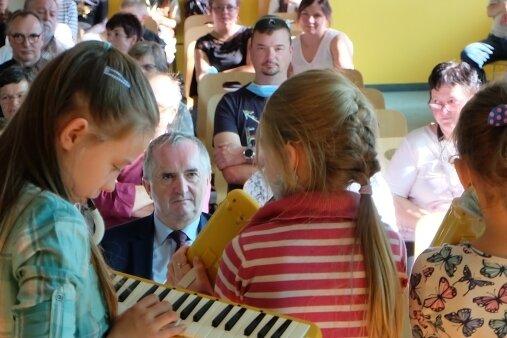 Unter anderem zeigte die Melodika-Gruppe der Schule bei der Feierstunde ihr Können. Zu den Gästen zählte auch Thomas Schmidt (Bildmitte), sächsischer Staatsminister für Regionalentwicklung.