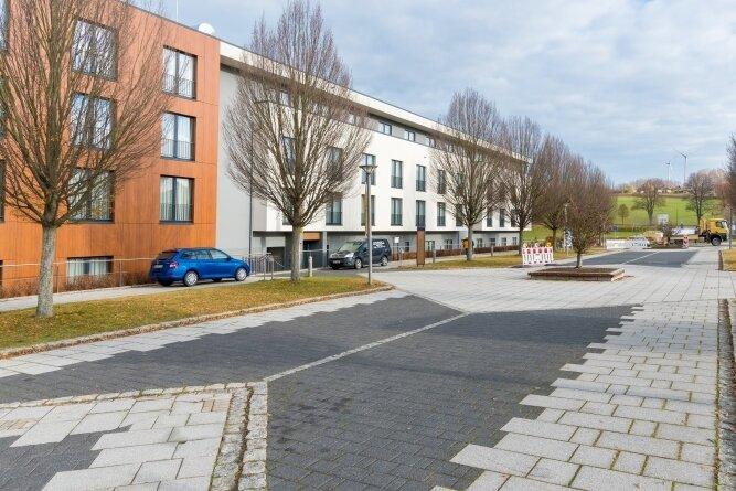 Der Kurboulevard in Warmbad soll erneuert werden, doch die Baurabeiten verzögern sich aufgrund von Lieferschwierigkeiten. Im Hintergrund: das Hotel Santé Royale.
