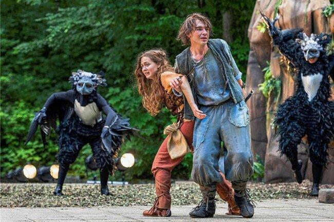 """Gar nicht so leicht, bei diesen imposanten Wilddruden als """"Ronja Räubertochter"""" keine Angst zu zeigen: Ronja (Lisanne Hirzel) und Birk (Alexander Ganz-Kuhl) geben sich aber Mühe."""