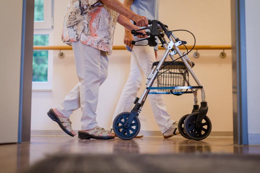 Wirbel um geplatzten Pflegetarif: Warum lehnte die Caritas einheitliche Entlohnung ab?