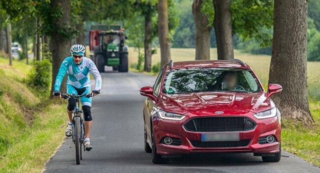 Auf einigen Straßen im Erzgebirgskreis kommen sich Rad- und Autofahrer ziemlich nah - manchmal auch zu nah. Vor allem bei engen Trassen ist es schwierig, den Mindestabstand einzuhalten. Das Bild zeigt Radfahrer Eric Meyer auf der Schlüsselstraße in Zwönitz.