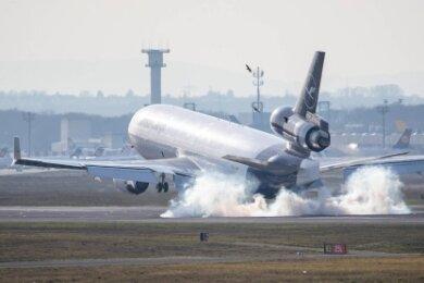 Schwer zu bremsen: Ein Passagierflugzeug beim Landen.