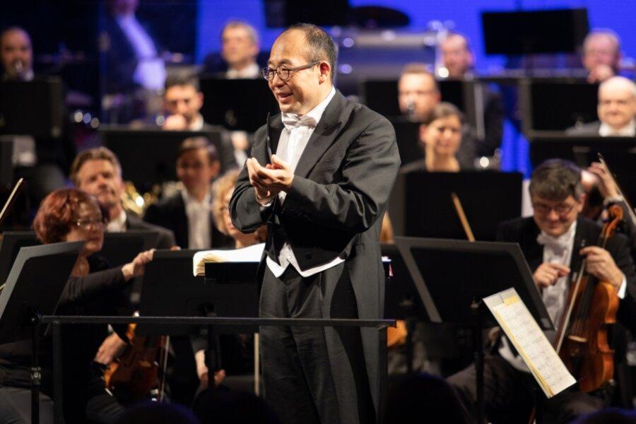Symbolischer Applaus zum Abschied für seine Musikerinnen und Musiker der Erzgebirgischen Philharmonie. Denn ein Abschiedskonzert wird es für den langjährigen Dirigenten Naoshi Takahashi coronabedigt nicht geben. Am 24. Februar verabschiedet er sich aus dem Erzgebirge in seine alte Heimat Japan.