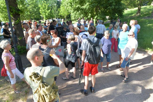 """Erneut protestierten beim """"Spaziergang"""" am Montagabend in Freiberg bis zu 220 Menschen gegen die Coronaregeln."""