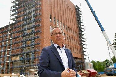 Der amtierende TU-Kanzler Jens Then beim Rundgang über die Baustelle des Hörsaal- und Bibliothekszentrums der TU Bergakademie Freiberg.