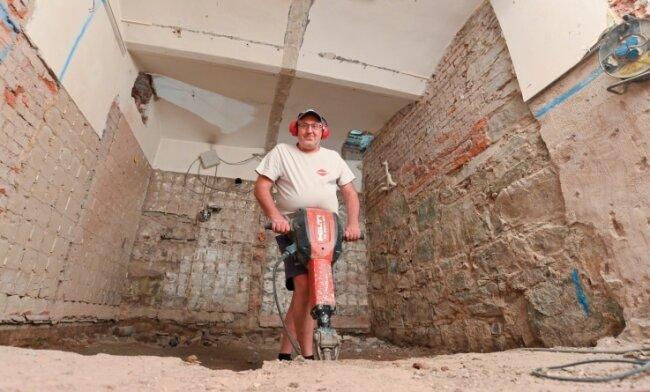 Die Arbeiten für den neuen Aufzug laufen seit Juli. Roberto Hopf von Lugert Bau hat im Schacht des Aufzuges für Platz gesorgt.