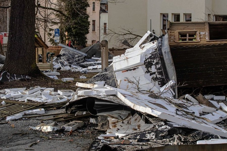 Es war der aufwendigsten Einsatz der Netzschkauer Feuerwehrleute im vergangenen Jahr: Durch das Sturmtief Sabine wurde am 10. Februar an der Kindertagesstätte Märchenland das Dach abgedeckt.