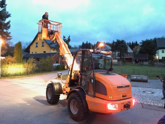 Am Montag wurde der neue Radlader der Kommune Scheibenberg vorgestellt...