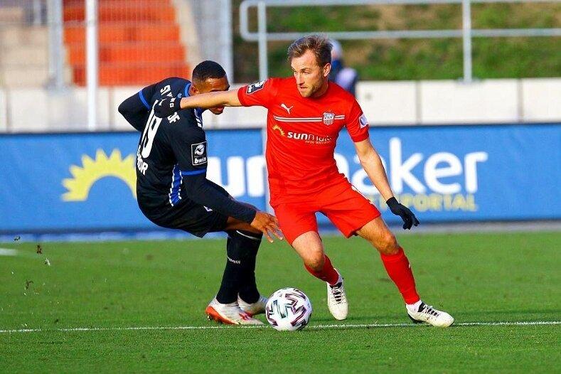 Der Zwickauer Mike Könnecke am Ball, dahinter der Mannheimer Anton Donkor.