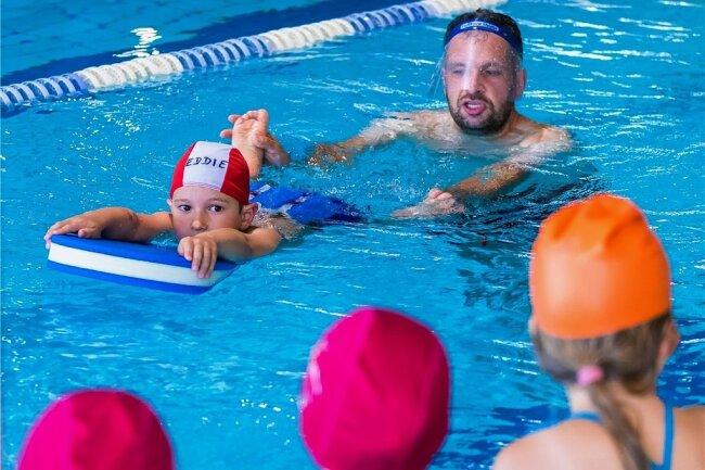 Kinder-Schwimmkurs bieten die Trainer des Schwimmteams Erzgebirge an - hier Schwimmlehrer Alexander Steiner.