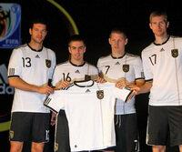 Die Nationalspieler stellen ihre neue Arbeitskleidung vor