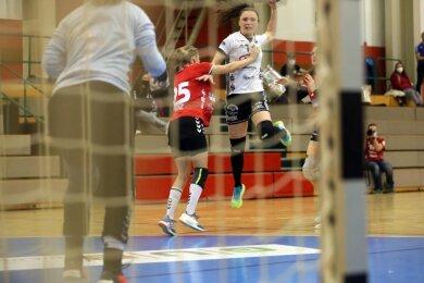 Auch wenn die Solingerinnen wie hier Franziska Penz ordentlich zupackten, waren sie am Samstag gegen den BSV Sachsen Zwickau meist ohne Chance. Katarina Pavlovic (am Ball) und ihre Teamkolleginnen gewannen das Heimspiel souverän und sind jetzt neuer Tabellenführer der 2. Handball-Bundesliga.