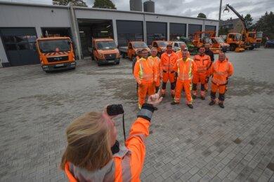 Gruppenbild mit Autos: Für die Bauhof-Mitarbeiter verbessern sich die Bedingungen am neuen Standort erheblich. Und die Fahrzeuge können künftig ohne Ausnahme im Trockenen stehen.