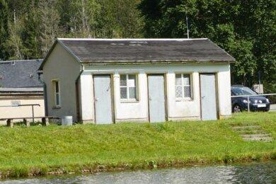 Das einstige Toilettenhäuschen (Foto) am Badeteich Tannenbergsthal solldoch abgerissen werden. Über eine neue Lösung für die Badegäste wird noch diskutiert.