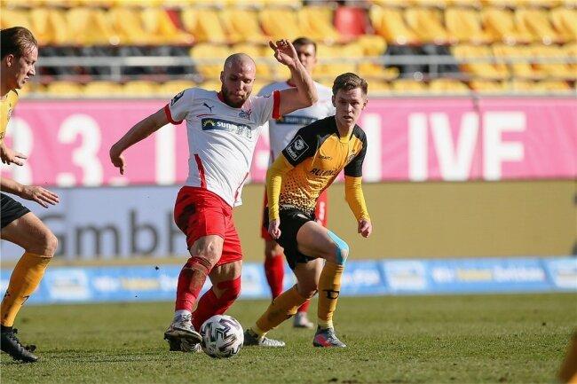 FSV-Stürmer Manfred Starke (l.) behauptet im Spiel gegen Dynamo Dresden den Ball vor Julius Kade.