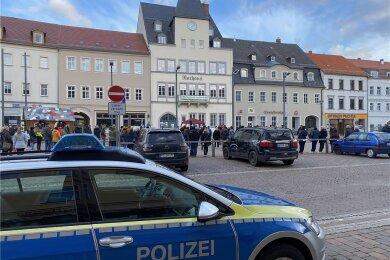 Bewacht von einem großen Polizeiaufgebot ging am Mittwoch auf dem Frankenberger Markt erneut eine Mutmach-Kundgebung über die Bühne.