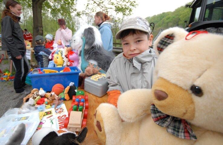 Beim Flohmarkt zum Familienfest auf dem Erlebnishof Sorgau war Marvin (7) aus Marienberg mit einem Stand voller Spielzeug dabei.
