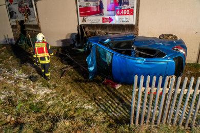 Ein Hyundai ist am Mittwochabend von der B 169 abgekommen und gegen eine Hauswand geprallt.