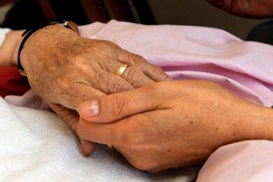 Die Hand eines Sterbenden zu halten, dies ist den Mitarbeitern des Hospizvereins Vogtland auch künftig wichtig.