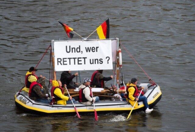 """Die Gruppe """"Festung Europa"""" um Tatjana Festerling konnte am Blauen Wunder nur wenige Anhänger mobilisieren. Sieben davon waren mit einem Boot mit Botschaft unterwegs."""