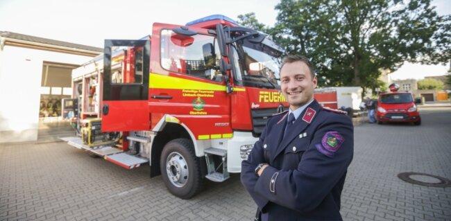 Philipp Hartig präsentiert das neue Vorzeigeobjekt der Feuerwehr Oberfrohna: ein Löschfahrzeug mit einem 2500 Liter fassenden Wassertank. Der Ortswehrleiter und seine Mitstreiter haben gut anderthalb Jahre daran getüftelt, welche Ausrüstung das Fahrzeug haben soll.