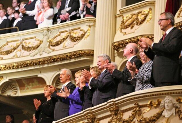Staatsspitze in der Königsloge: Die Ehepaare Tillich (l.) und Lammert (2.v.r.) neben Bundespräsident Joachim Gauck mit Lebensgefährtin, Gerichtspräsident Andreas Voßkuhle (r.) und Kanzlerin Angela Merkel.