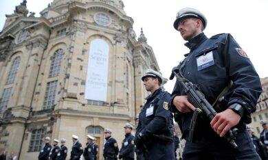 Für die Teilnahme von Bundeskanzlerin Angela Merkel (CDU) und anderen hochrangigen Gästen an den Feierlichkeiten zum Tag der Deutschen Einheit in Dresden galt die höchste Sicherheitsstufe - mehr als 2500 Polizeibeamte waren im Einsatz.