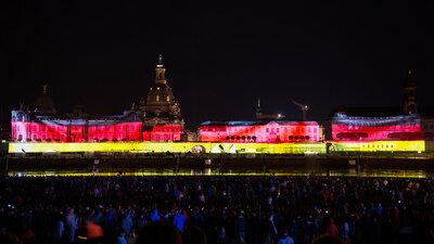 Schwarz-Rot-Gold: Die Laser-Show am Dresdner Elbufer läutete am Sonntagabend den Tag der Deutschen Einheit ein.