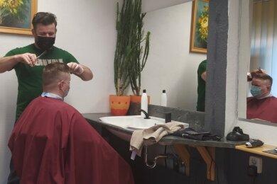 Der Kunde war glücklich, dass er von Marko Mattheß die gewünschte Frisur erhielt.