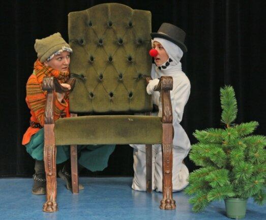Charlotte Thomas (17) als Schneefrau und Samantha Englmeier (18) als Wichtelin aus dem Weihnachtsland gestalten den digitalen Adventskalender des Theaters Plauen-Zwickau.
