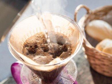 Koffeinfreier Kaffee darf sich so nennen, wenn der Koffeinanteil weniger als 0,1 Prozent beträgt.