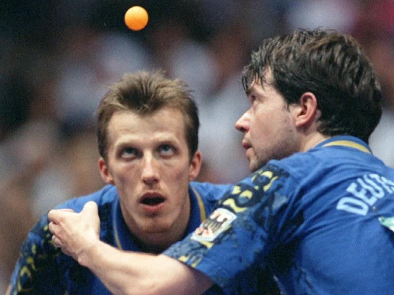Bildeten schon als aktive Spieler ein erfolgreiches Paar: Steffen Fetzner (r) schlägt beim Doppel neben Jörg Roßkopf auf.