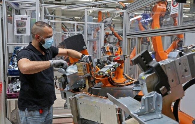Bediener Adnan Alhallak beim Einlegen der zu bearbeitenden Teile in eine der vier Fügeanlagen.