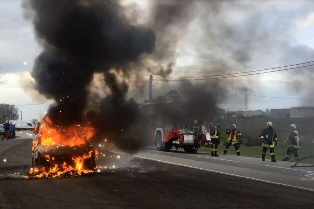 Pkw brennt an B 180 aus