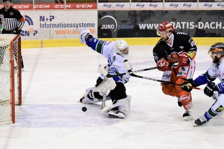 Eispiraten-Stürmer Petr Pohl scheitert in dieser Szene am Bietigheimer Keeper Leon Doubrawa.