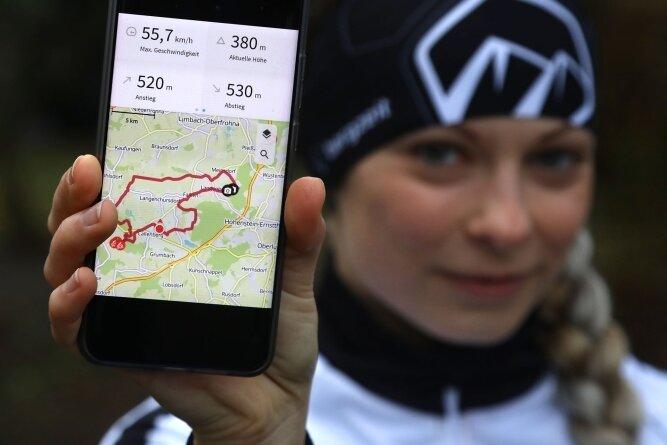 Isabel Bochmann zeigt, wie ihre Handy-App den Fahrrad-Trip in Entfernung, Geschwindigkeit und Höhenmeter darstellt. Die Screenshots von solchen Aktivitäten wertet sie für den Höhenmeter-Spenden-Marathon aus.
