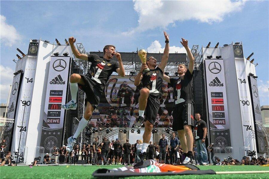 Nach dem Gewinn des Weltpokals wurden die Spieler in Berlin am Brandenburger Tor mit einer gigantischen Party gefeiert.