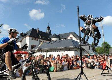 """<p class=""""artikelinhalt"""">Nicht nur im Side Jump, bei dem der Trialer mit dem Rad aus dem Stand über ein Hindernis springt, überzeugt Marco Hösel. Diese Aufnahme stammt vom zweiten High-Jump-Contest, der vor einem Jahr auf Initiative des Erzgebirgers in Thalheim ausgetragen wurde. Hannes Herrmann (l.), Spezialist vom MSC Thalheim, wetteiferte in dieser Disziplin mit seinem Trainer. Am Ende meisterten beide auf dem Rathausplatz ihres Heimatortes die Höhe von 1,25 Meter.</p>"""