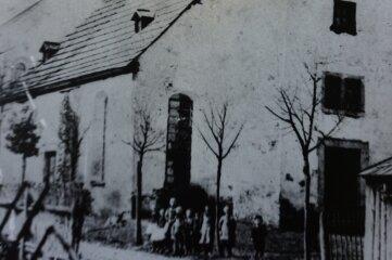 Zwota 1886: Nebeneinander von Hammerkirchlein und neuer Kirche.